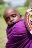 Afryka Tanzania, Luty, - 2016: Mały dziecko za matką Masai plemię Zdjęcia Royalty Free