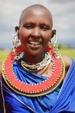 Afryka Tanzania, Luty, - 2016: Masai kobieta plemię w wiosce w tradycyjnej sukni Zdjęcia Royalty Free