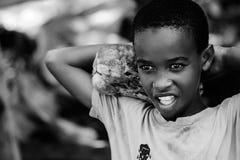 Afryka, Tanzania Zanzibar, Luty, - 2016: Chłopiec sprzedaje owoc Fotografia Royalty Free
