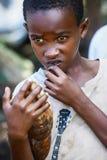 Afryka, Tanzania Zanzibar, Luty, - 2016: Chłopiec sprzedaje owoc Obrazy Stock