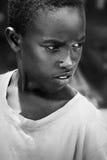 Afryka, Tanzania Zanzibar, Luty, - 2016: Chłopiec sprzedaje owoc w rynku Zdjęcie Royalty Free