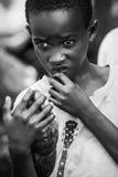 Afryka, Tanzania Zanzibar, Luty, - 2016: Chłopiec sprzedaje owoc w rynku Fotografia Royalty Free