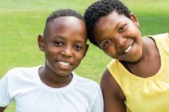 Afrykanów dzieciaki z głowami wpólnie outdoors Zdjęcie Royalty Free
