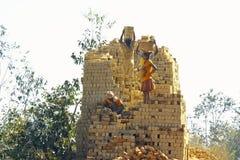 Afrykanie pracuje mocno w brickyard - Madagascar Obrazy Stock