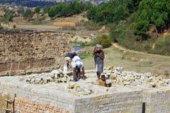 Afrykanie pracuje mocno w brickyard - Madagascar Obraz Stock