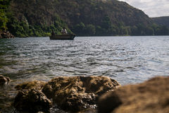 Afrykanie w czółnie na pięknym Chala jeziorze, Kenja i Tanzania, bo Zdjęcia Royalty Free