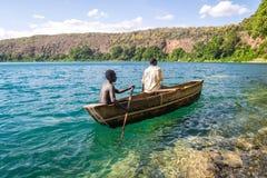 Afrykanie w czółnie na pięknym Chala jeziorze, Kenja i Tanzania, bo Fotografia Stock