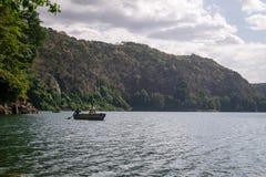 Afrykanie w czółnie na pięknym Chala jeziorze, Kenja i Tanzania, bo Obrazy Stock