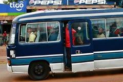 Afrykanie zaludniają są podróżni w kabinowym błękitnym lokalnym autobusie Obraz Stock