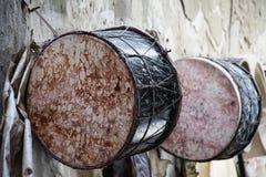 Afrykanin bębni tbel wieszającego na outside warsztat dokąd ono był handmade Obrazy Stock