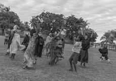 Afrykanin bawić się dzieci z rękami up Obrazy Stock