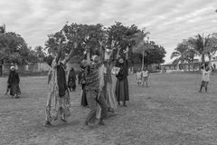 Afrykanin bawić się dzieci z rękami up Obrazy Royalty Free