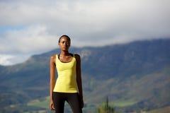 Afrykanin bawi się kobiety stoi outdoors w naturze Obrazy Royalty Free