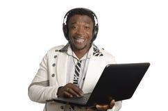 Afrykanin DJ z notatnika i głowy telefonami Fotografia Stock