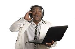 Afrykanin DJ z notatnika i głowy telefonami Zdjęcie Royalty Free