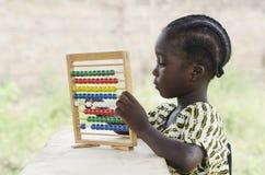 Afrykanin dziewczyny szkolny uczenie liczyć outdoors Fotografia Royalty Free