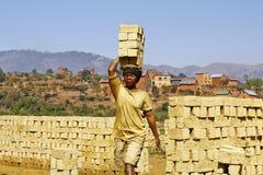 Afrykanin kobieta pracuje mocno w brickyard Obrazy Royalty Free