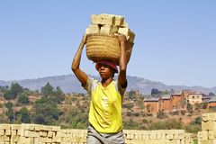 Afrykanin kobieta pracuje mocno w brickyard Zdjęcia Stock