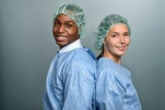 Afrykanin lekarka lub męska pielęgniarka w pętaczkach Zdjęcia Stock