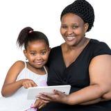 Afrykanin matka z małą córki mienia pastylką Obraz Royalty Free