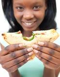 afrykanin pokazywać kobiet potomstwa jej kanapka Zdjęcie Stock