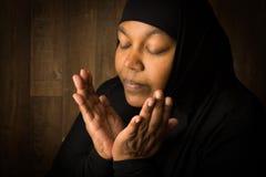Afrykanin przesłaniająca kobieta w modlitwie zdjęcie royalty free