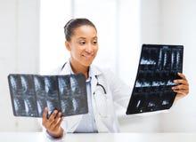 Afrykanina doktorski patrzeje promieniowanie rentgenowskie Obrazy Stock