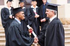Afrykanina handshaking magisterski dziekan Zdjęcie Royalty Free