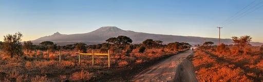 Afrykanina krajobraz w czerwonym ranku świetle, samochodowy przybycie na drodze Zdjęcie Royalty Free