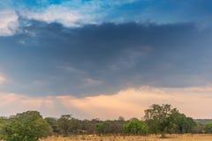 Afrykanina krajobraz w Lubango, Angola z górami i dramatycznym, Obrazy Royalty Free
