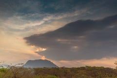 Afrykanina krajobraz w Lubango, Angola z górami i dramatycznym, Obrazy Stock