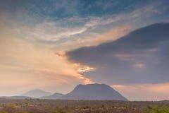 Afrykanina krajobraz w Lubango, Angola z górami i dramatycznym, Obraz Stock