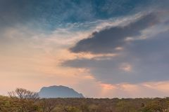 Afrykanina krajobraz w Lubango, Angola z górami i dramatycznym, Zdjęcia Stock