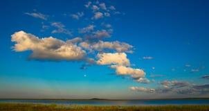 Afrykanina krajobraz z otwartych przestrzeni i białych bufiastymi chmurami Obrazy Stock