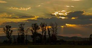 Afrykanina krajobraz z zmierzch chmurami i światło słoneczne promieniami Fotografia Stock