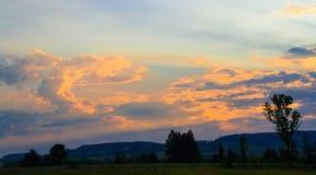 Afrykanina krajobraz z zmierzch chmurami i światło słoneczne promieniami Obraz Stock