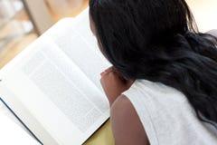 afrykanina książkowa czytelnicza tylni widok kobieta Obrazy Stock