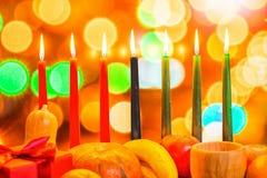 Afrykanina Kwanzaa świąteczny pojęcie z dekoruje siedem świeczek czerwieni, Zdjęcie Royalty Free