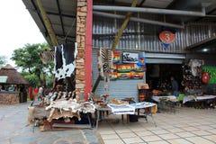 Afrykanina rynek - różnorodne pamiątki przy Hartebeertspoort tamą, Południowa Afryka Zdjęcia Royalty Free