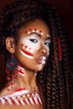 Afrykanina styl Atrakcyjna młoda kobieta w etnicznej biżuterii zamyka w górę portreta kobieta z malującą twarzą kreatywnie uzupeł Fotografia Stock