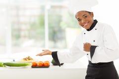 Afrykański żeński szefa kuchni przedstawiać Zdjęcia Royalty Free