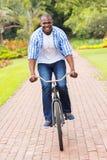 Afrykańskiego mężczyzna jeździecki bicykl Zdjęcia Stock
