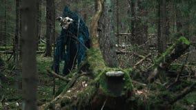 Afschuwelijk schepsel die zich onder bomen in bos Vreselijk monster bevinden stock videobeelden