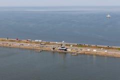 Afsluitdijk вида с воздуха голландское, разъединение между IJsselmeer и море Wadden стоковые фотографии rf