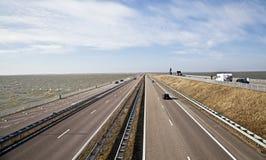 Afsluitdijk - calçada principal em Países Baixos foto de stock royalty free