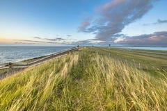 Afsluitdijk dajka zmierzchu holenderscy ogrodzenia Fotografia Stock