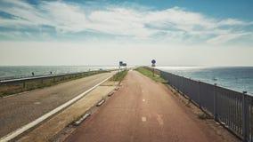 Afsluitdijk is de tweeëndertig kilometer lange verbinding tussen de Nederlandse provincies van Noord-Holland en Friesland stock fotografie