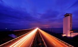 Afsluitdijk en los Países Bajos en la noche imagenes de archivo