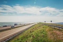 Afsluitdijk jest trzydzieści dwa kilometrów długimi podłączeniowymi betw Obrazy Royalty Free