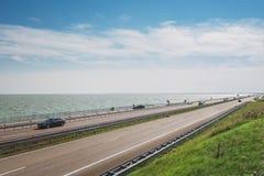 Afsluitdijk jest trzydzieści dwa kilometrów długimi podłączeniowymi betw Obrazy Stock